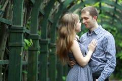 Pares felizes no jardim Imagem de Stock Royalty Free