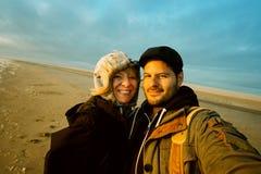 Pares felizes no por do sol ou na praia do nascer do sol foto de stock royalty free