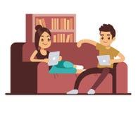 Pares felizes no sofá com tabuletas Homem novo e mulher que relaxam em casa ilustração do vetor
