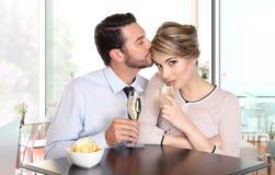 Pares felizes no vinho bebendo da barra, conceito do amor Foto de Stock Royalty Free