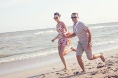 Pares felizes nos óculos de sol Fotos de Stock Royalty Free