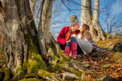 Pares felizes novos, beijos e amor, roupa tradicional local e dia ensolarado fotografia de stock