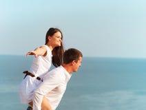 Pares felizes novos no amor no dia de verão Fotografia de Stock Royalty Free
