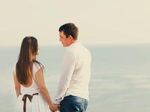 Pares felizes novos no amor no dia de verão Fotografia de Stock