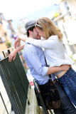 Pares felizes novos no beijo do amor Fotografia de Stock