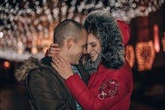 Pares felizes novos que abraçam e que apreciam na noite imagens de stock royalty free