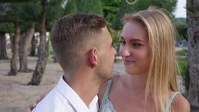 Pares felizes novos que abraçam no parque perto do mar Conceito romântico HD, 1920x1080 filme