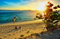 Pares felizes novos que apreciam um por do sol bonito sobre  Fotografia de Stock