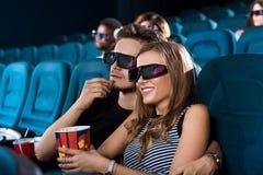 Pares felizes novos que têm uma data no cinema Imagens de Stock Royalty Free