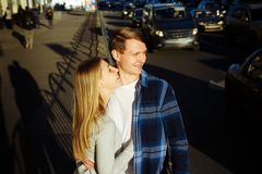 Pares felizes que abraçam, beijando, sorrindo na rua na cidade data nós estamos sozinhos no mundo imagens de stock royalty free