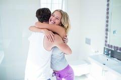Pares felizes que abraçam com teste de gravidez positivo Imagens de Stock