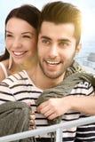 Pares felizes que abraçam no barco Fotografia de Stock Royalty Free