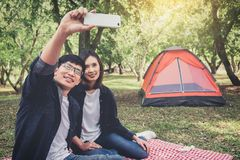 Pares felizes que acampam na natureza, tomando um selfie disparado do smil imagens de stock