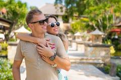 Pares felizes que apreciam férias no recurso tropical foto de stock