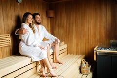Pares felizes que apreciam momentos serenos na sauna foto de stock royalty free