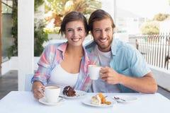Pares felizes que apreciam o café junto Imagem de Stock Royalty Free