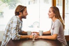 Pares felizes que apreciam um café Foto de Stock Royalty Free