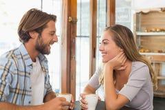 Pares felizes que apreciam um café Imagem de Stock Royalty Free