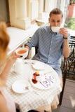 Pares felizes que apreciam um café na cafetaria foto de stock royalty free
