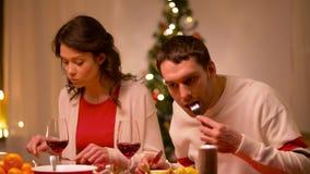Pares felizes que comem no jantar de Natal vídeos de arquivo
