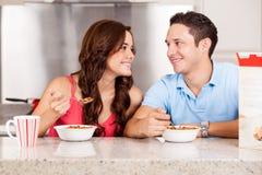 Pares felizes que comem o cereal Fotos de Stock Royalty Free