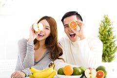 Pares felizes que comem o fruto e o alimento saudável Fotografia de Stock Royalty Free
