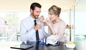 Pares felizes que comemoram com champanhe foto de stock royalty free
