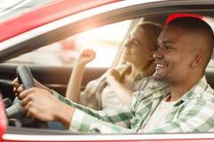 Pares felizes que compram o carro novo junto no negócio imagens de stock