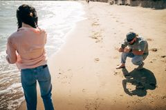 Pares felizes que correm na praia do mar de Azov Imagens de Stock