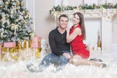 Pares felizes que datam e que comemoram Cristmas Ano novo 2017 Imagens de Stock Royalty Free