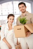 Pares felizes que desembalam caixas na HOME nova Imagens de Stock Royalty Free