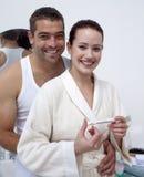 Pares felizes que olham um teste de gravidez positivo Foto de Stock Royalty Free
