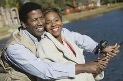 Pares felizes que pescam junto Foto de Stock Royalty Free
