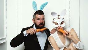 Pares felizes que preparam-se para a P?scoa Coelho no dia de easter Mordisca uma cenoura como uma lebre Easter feliz Isolado engr filme