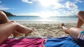 Pares felizes que relaxam na praia video estoque