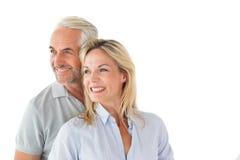 Pares felizes que sorriem e que abraçam fotos de stock royalty free