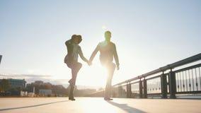 Pares felizes que têm a dança fora - o homem e a mulher têm o divertimento no por do sol video estoque