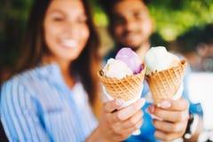 Pares felizes que têm a data e que comem o gelado fotos de stock