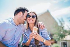 Pares felizes que têm a data e que comem o gelado fotografia de stock
