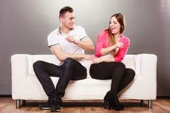 Pares felizes que têm o divertimento e que enganam ao redor Fotografia de Stock Royalty Free