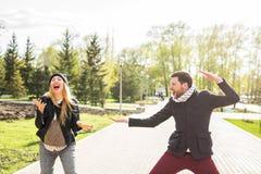 Pares felizes que têm o divertimento e que enganam ao redor O homem alegre com mulher tem o tempo agradável Bom relacionamento imagem de stock