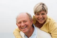Pares felizes que têm o divertimento em exterior Foto de Stock Royalty Free