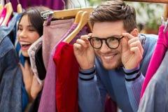 Pares felizes que têm o divertimento na loja de roupa do vintage Imagem de Stock Royalty Free