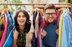 Pares felizes que têm o divertimento na loja de roupa do vintage imagens de stock royalty free