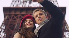 Pares felizes que tomam o selfie contra o fundo da torre Eiffel, memórias do curso vídeos de arquivo