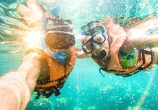 Pares felizes superiores que tomam o selfie na excursão tropical do tubo de respiração do mar fotos de stock