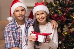 Pares festivos que guardam presentes do Natal Fotografia de Stock