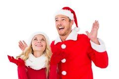 Pares festivos que sonríen y que miran para arriba Imágenes de archivo libres de regalías