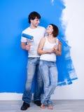 Pares flertando alegres de pintores fotos de stock