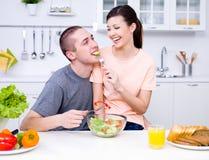 Pares flertando na cozinha imagem de stock